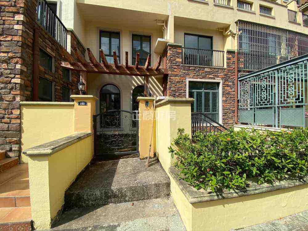 金湾红旗中心位置. 交通便利. 此房子买一层送一层. 带大花园和车库.